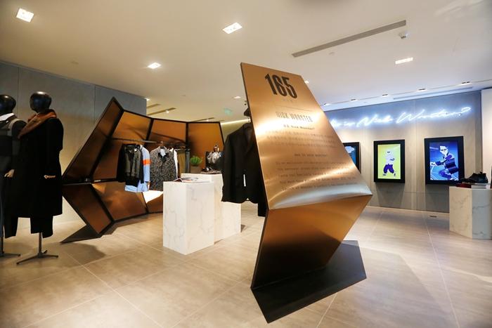 Wooster + Lardini 2015秋冬膠囊系列,融合意大利新派西裝典范Lardini精工細做的剪裁及Nick Wooster標志性時尚學院風格,將設計元素的對立面相互融合:陽剛與陰柔、精工細作與街頭酷感、軍裝元素與高級定制。再配以Lardini利落的剪裁、新型的面料以及完美的西裝廓形,造就本季男裝界的一大亮點。該系列于大上海時代廣場連卡佛Wooster + Lardini店中店及連卡佛線上商店發售。