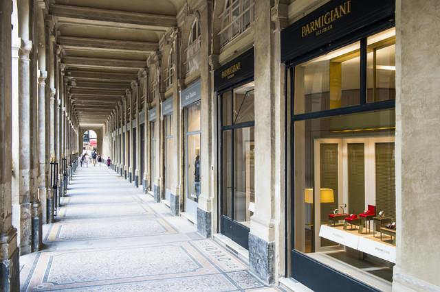 """恐怕再也没有比这里更久负盛名的环境了。坐落于巴黎市中心证券交易所对面的""""皇家宫殿""""是包括法国文化部在内的法国政府高层所在地。这里回荡着历史的余音:莫里哀 (Molière) 曾在此表演,吕利 (Lully) 曾在此创作歌剧,法兰西喜剧院 (Comédie-Française) 也与这里有着深厚的渊源。由180个金属拱廊连接而成的游廊延伸向公园,走道两旁绿树成荫,排排欧椴树和西洋栗树枝繁叶茂。再向南,概念派艺术家丹尼尔•布伦 (Daniel Buren) 创作的一根根标志性大理石柱遍布荣誉中庭 (Cour d'Honneur)。曾经,""""皇家宫殿""""也是国王的工匠大师们日常起居工作的一部分,这些工匠大师们在一个个高级工坊内不断完善自己的艺术作品。"""