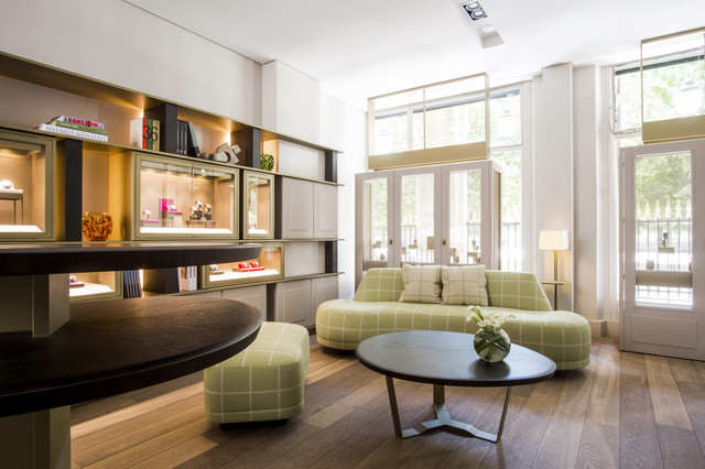 """这个帕玛强尼Studio概念专卖店并非传统意义上的店铺,而是一处书房观感的创意空间。专业细木工和镶嵌细工的结合,灰色与青铜色的邂逅,共同营造出充满雅致与创意气息的天地。在这里,传统与智慧有着完美碰撞。 优雅的嵌板、镶木地板和栎木元素烘托出温润的氛围。长展架上不仅展示腕表,还摆放书籍和其他物品,与整个气氛相得益彰。在这个40平米的工作室里,帕玛强尼欢迎客户、贵宾和媒体朋友们来此休憩 — 与""""皇家宫殿""""百年欧椴树同样""""绿意盎然""""的巨型沙发令人身心舒畅。"""