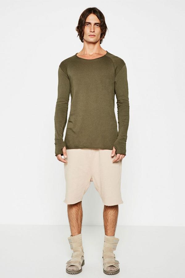 ZARA本季推出了街头男装系列。破洞的裤子,层叠式的宽大T恤,打造一副颓废疲懒的装扮。随意的边缘剪裁,也是街头风格的随意不拘小节的体现。基础的中性色,简单随性,不卑不亢。