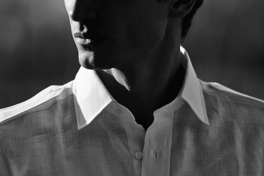 Jonathan Mezibov联手男模David Smith推出本季广告大片,主打都市男士的经典时尚风格。在美国长岛东部的帕里什艺术博物馆取景,自然流露一种奢华感。简约的纯棉衬衫,兼具舒适与时尚感。