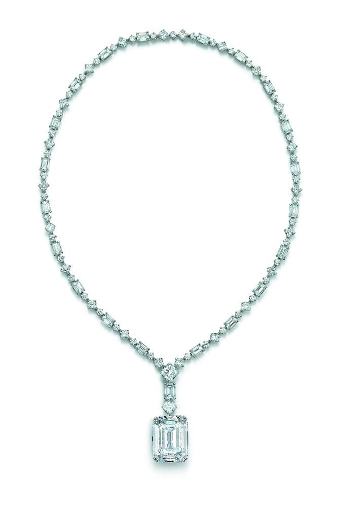 铂金镶嵌混合形切割钻石项链搭,搭配40.22克拉祖母绿形切割钻石吊坠