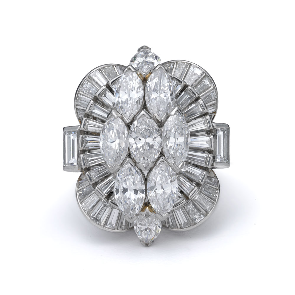 榄尖形切割钻石戒指,为了展现女性的独立或自由精神,右手戒指自20世纪20年代以来备受推崇。到20世纪40年代,随着雕塑状黄金复古风格珠宝的出现,右手戒指成为女性必备品,通常都是中央使用大克拉彩色宝石。这些戒指在二战后演变成更优雅的形态,也经常被冠以俏皮的名字以凸显它们的形状,如缠绕式、尖式和节式