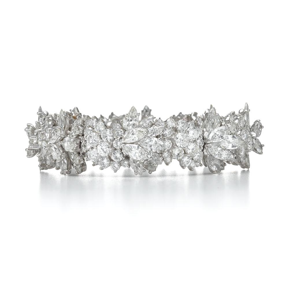 榄尖形切割钻石手镯,在20世纪60年代,蒂芙尼设计师结合各种切割方法以呼应自然设计,如树桩、冰柱、旋转曲线和花形图案