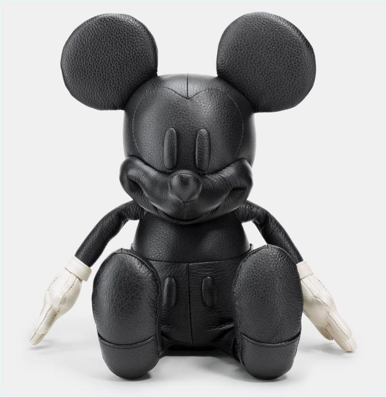 正值Coach迎来75周年纪念之际,奢华而低调的Coach与可爱而俏皮的Disney的合作令人充满期待。二者各取所长,相互融合,Coach擅长对皮质的剪裁与设计,Disney拥有可爱流行的米奇形象。永恒的经典与潮流的设计迸发出时尚的火花。