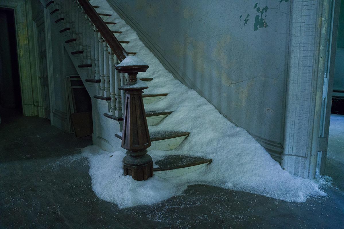 当安谧沉静的自然世界邂逅天马行空的超现实灵思,一组风格奇幻的影像大片应运而生,将一个虚茫梦幻的童话传说娓娓道来。<br> 这个独一无二的故事再次从北欧冒险传奇的经典元素中汲取灵感,并以超现实主义的画笔勾勒出一个白日梦幻的隐秘世界。冰雪与严寒在不经意间唤起人们对品牌的念想,亦为这组影像大片提供了美轮美奂的背景;而大自然在安妮·莱博维茨 (Annie Leibovitz)的镜头语言下,巧妙转化为童话般的烂漫幻境,仿若只有置身其中才能亲身体悟如画风景。
