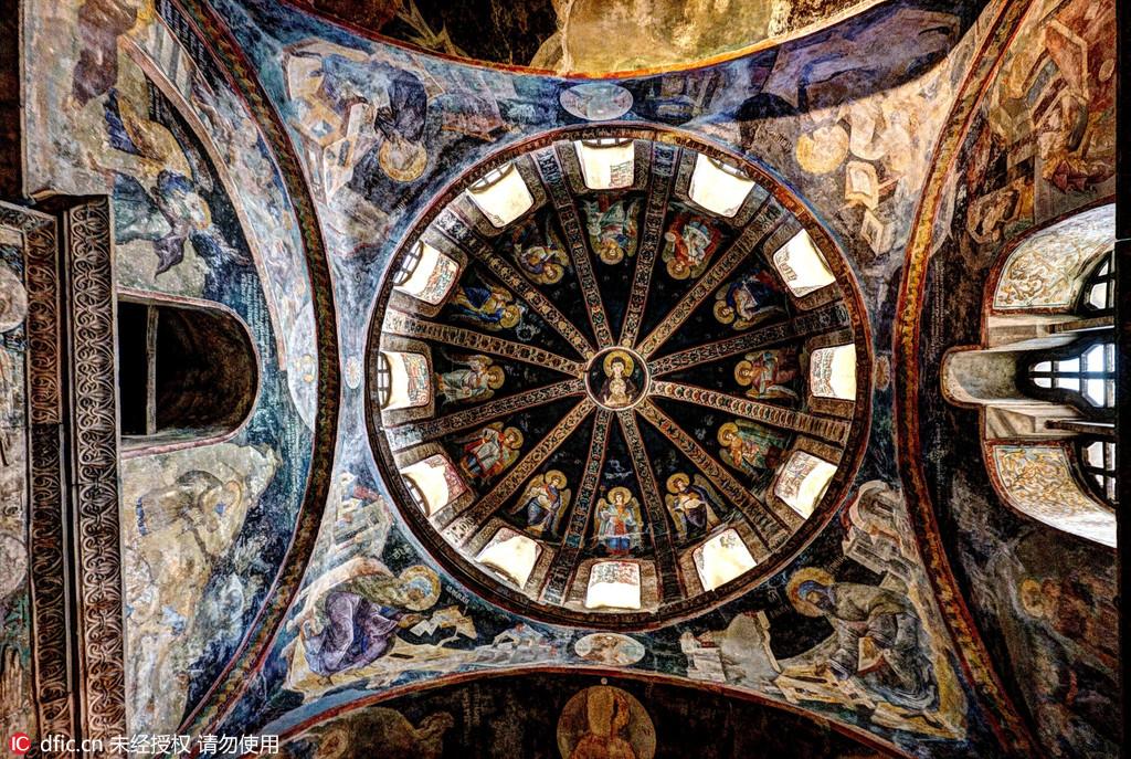 图为土耳其伊斯坦布尔柯拉教堂的小礼拜堂的穹顶。克罗地亚摄影师Oleg Mastruko走访了包括科索沃、马来西亚、阿塞拜疆等全球各地的废弃寺院,将这些曾经用于供奉神明的精美宗教建筑重新展现在世人眼前。