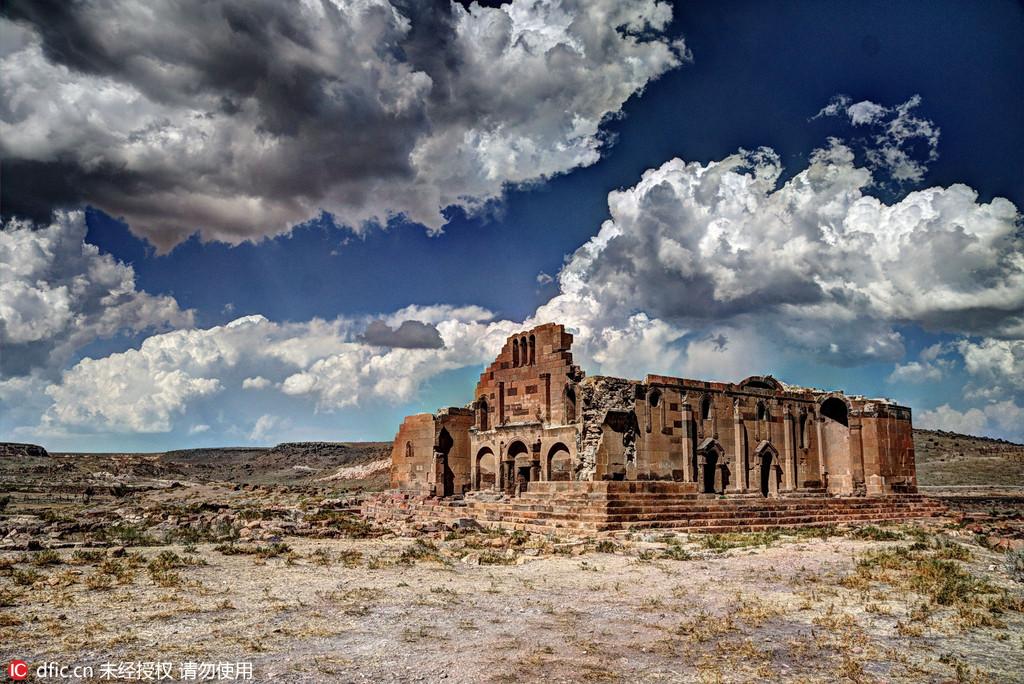 图为亚美尼亚Yereruyk大教堂遗址。克罗地亚摄影师Oleg Mastruko走访了包括科索沃、马来西亚、阿塞拜疆等全球各地的废弃寺院,将这些曾经用于供奉神明的精美宗教建筑重新展现在世人眼前。