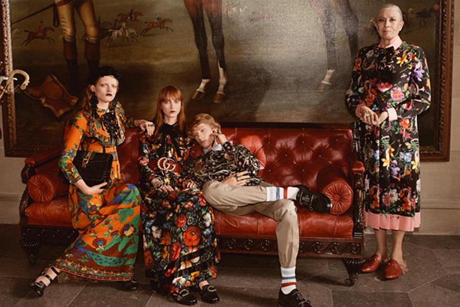 奢华的场景,繁花似锦,本季的服装设计也采用同样的风格——精美的刺绣