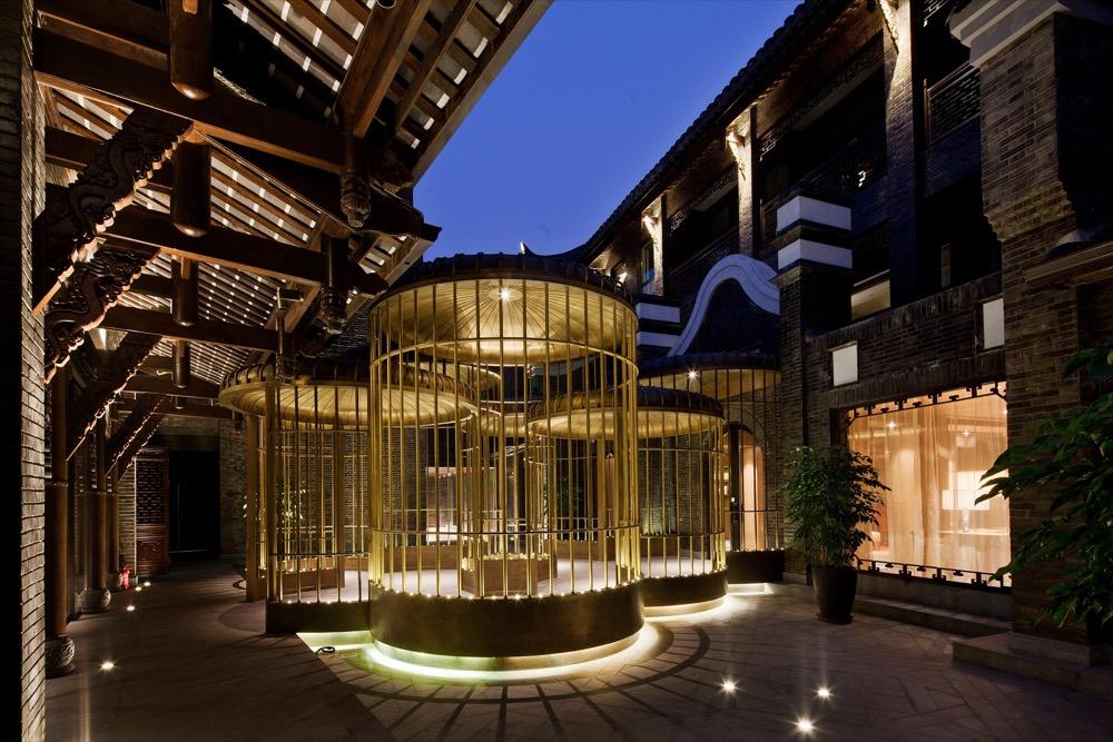"""成都钓鱼台精品酒店坐落于具有300多年历史的都市风情街区——宽窄巷子,是钓鱼台美高梅酒店集团旗下全球首家""""钓鱼台""""品牌精品酒店。来到成都宽窄巷子是要花半天时间来闲逛,白天和夜晚给你不同的感受,也是成都的历史文化地标,它是成都超过2300年建城历史的一个重要片断,由3条有300年历史的古老街道,45座清末民初风格的四合院、花园洋楼等建筑群落组成。"""