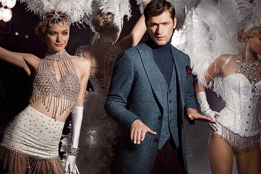 Vicutu延续了春季有趣的广告风格,这一次以舞台后台为北京,聚光灯下的优雅身姿展露无遗,一场欢乐的戏剧正在上演。无论是西装礼服,抑或是夹克衫都衬托出美国男模Sean O'Pry令人着迷的儒雅气质。