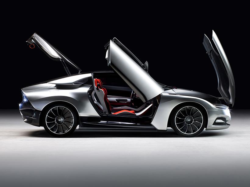 作为一辆在2011年推出的车型,这辆萨博PhoeniX即使是和许多17年的车型对比也依然有着不过时的风格设计。亮银色的车漆以及仅仅只有0.25cd的风阻系数,在视觉上都让这辆PhoeniX有着让人无法解释的美感。