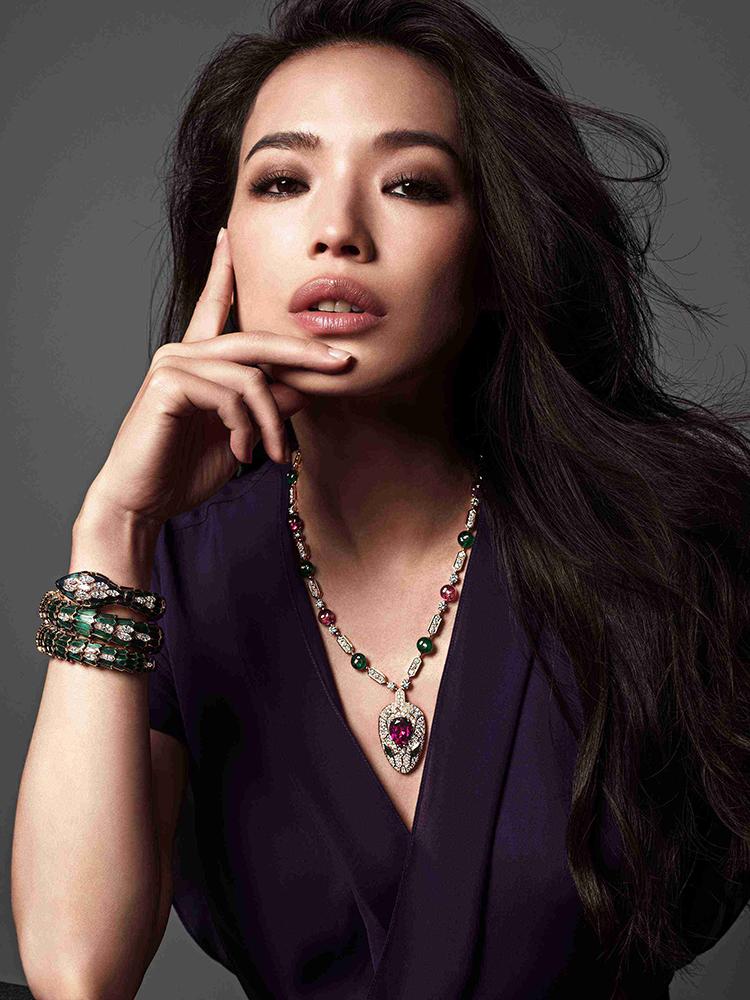 宝格丽诠释大胆无畏的罗马精神,创造鲜明浓郁的色彩搭配,呈现无边无际的创造力。宝格丽在130余年间,以复杂精密的工艺打造出一件件极富生命力的珠宝及腕表杰作,彰显恢弘华丽的设计美学。