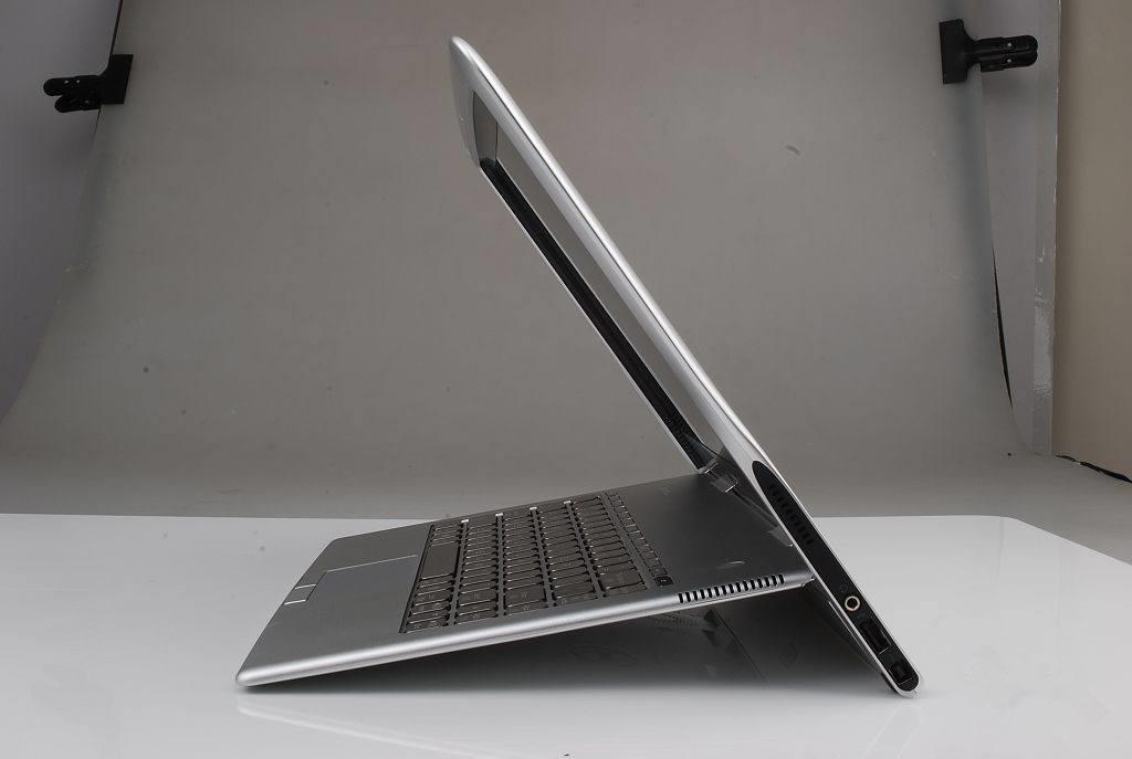 NO.4二合一 2017款的XPS 13支持屏幕转动360度,这样的设计非常方便,用户在需要的时候能够自由切换形态,在床上躺的时候也能方便的支撑起来。铰链设计使得电脑屏幕能够非常平滑地翻转到各种角度,并且稳定的停留在任何角度。