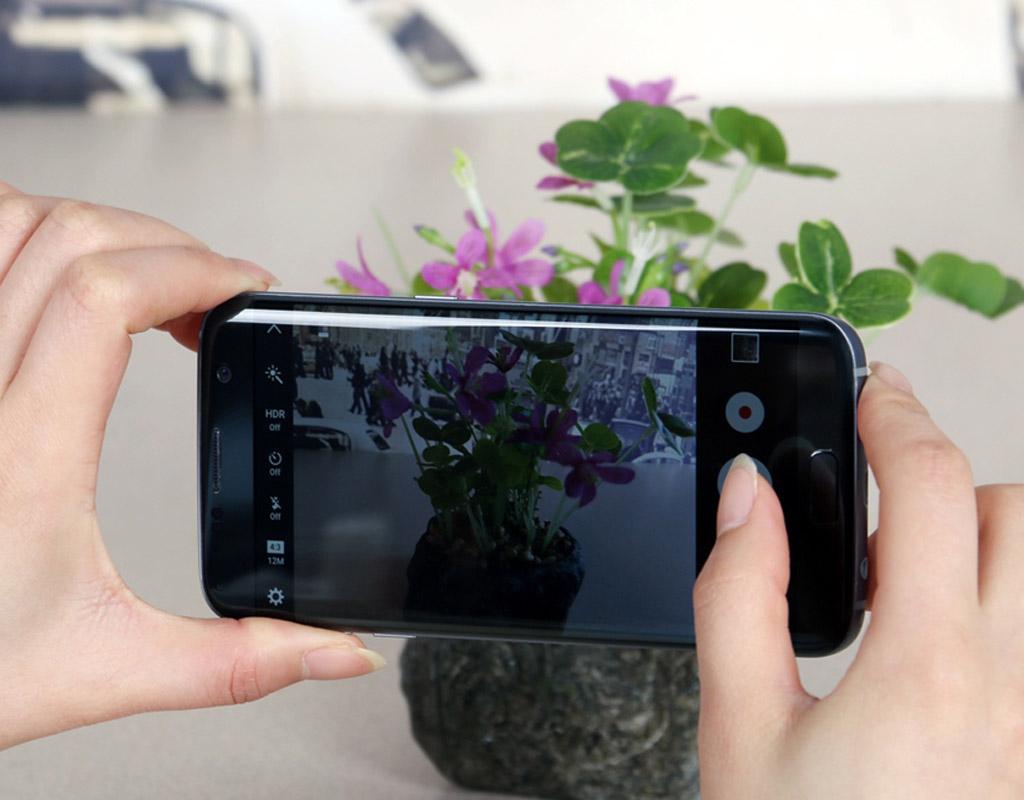 正面的home键去掉后,把指纹识别的功能移到了主摄像头旁边,同时都具备