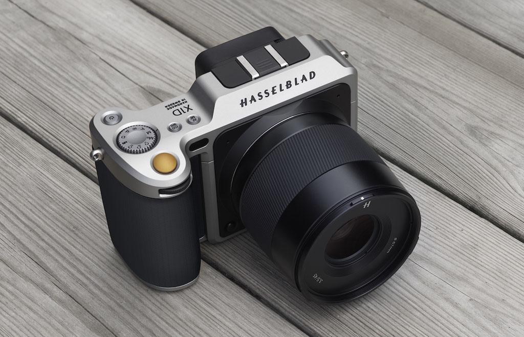 NO.5哈苏X1D 今年哈苏没有带来新的产品,而是把去年推出的中画幅无反相机X1D放在了展位上。除了5千万像素,以及 44x33mm的传感器,它的价格也是大家的焦点,售价高达七万七,走的是高端路线,吸引专业爱好者的眼球。