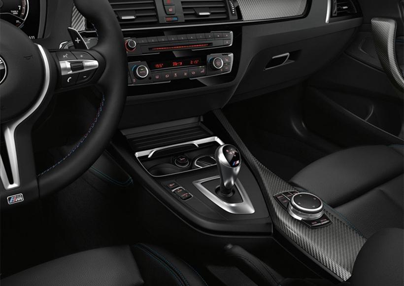 内饰方面,新车增添了不少时尚的运动化元素,包括碳纤维装饰板、蓝色内饰缝线以及M车型专属档把等。配置方面,该车型将搭载升级后的iDrive多媒体系统。