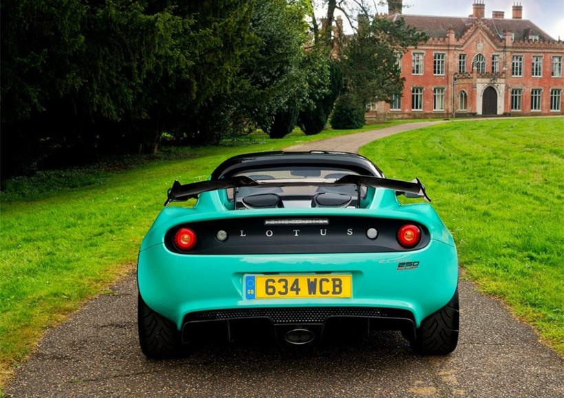 在动力系统方面,这款车搭载的是1.8T机械增压发动机, 最大功率为246马力,峰值扭矩为250牛•米。传动系统方面,这款车使用6速手动变速箱。其0-100km/h加速时间为4.3秒,最高车速为248km/h。