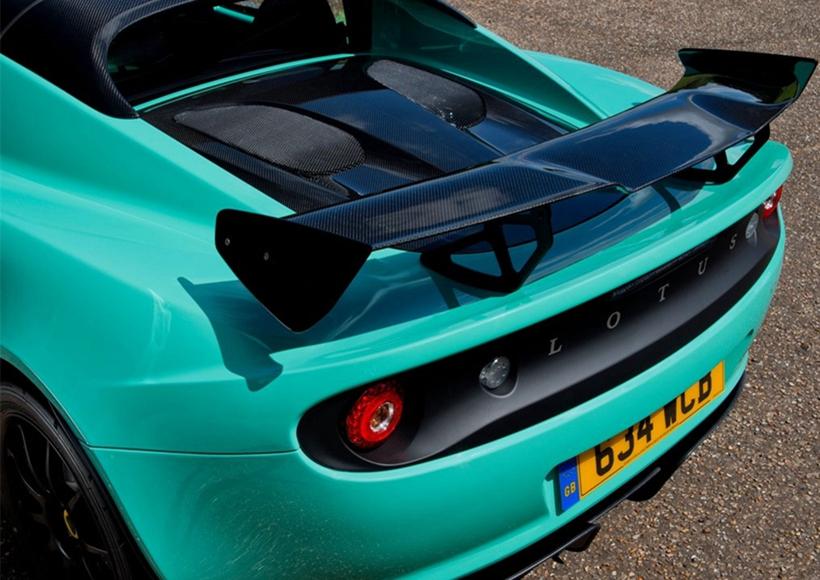"""新款Elise Cup 250名车依旧是""""最快、最专注""""的四缸莲花车型,令人印象深刻的空气动力学套件加上大量的碳纤维材料,没人会小瞧这么一款看似娇小的跑车。相比老款车型,新车的前保险杠进行了重新设计,更加宽大的双侧散热口以及中央格栅都以提升性能为目的。此外,新款车型的尾灯也有一定的调整。"""