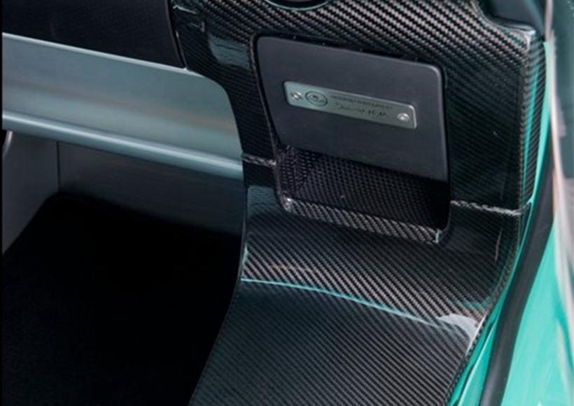 经过细节的调整,新车下方和周围的气流均会得到优化,以增加下压力。当车速达到225km/h(140mph)时,借助于外部气流可以获得125kg的下压力。以此提升高速行驶的稳定性,也允许其可以以更快的速度通过弯道。
