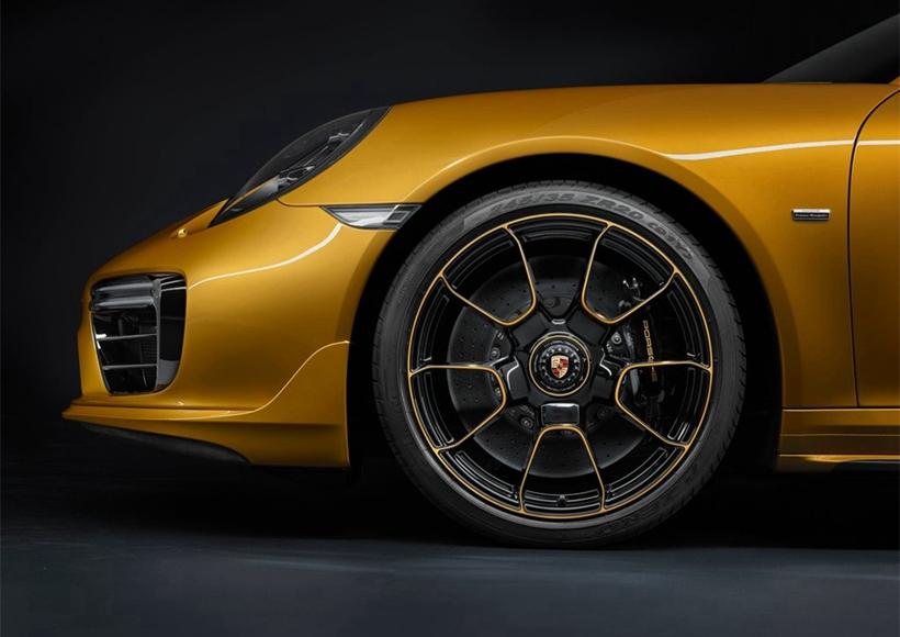 新款车型配备了带有专属动力套件的3.8升六缸双涡轮水平对置发动机,当转速在2,250至4,000 rpm 区间时,其最大扭矩便达到750 Nm。这使得911 Turbo S Exclusive Series从零到100 km/h的加速仅需2.9秒,从零突破200 km/h仅需9.6秒,最高时速可达330 km/h。