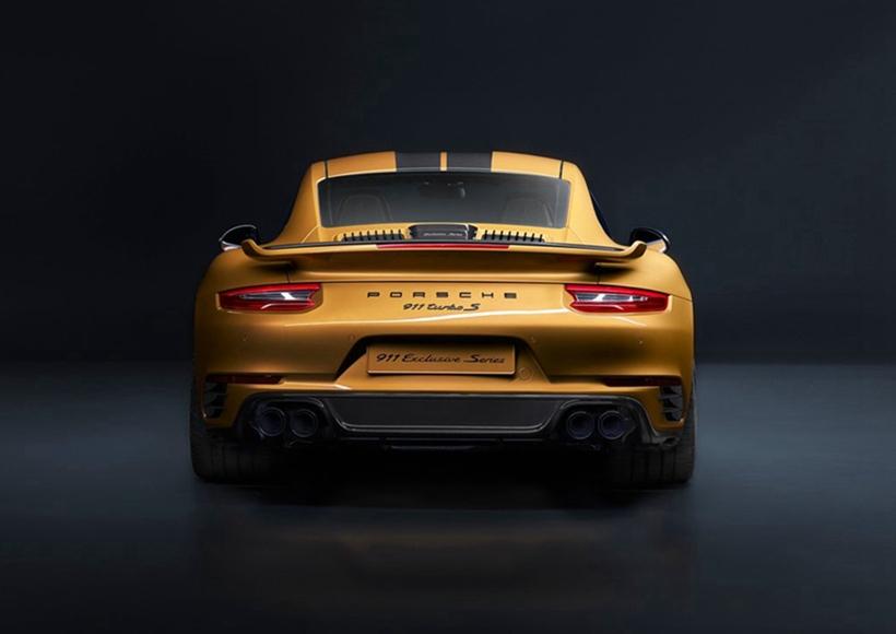 新车型标配带中央锁止的20英寸黑色轮毂。轮毂表面可见采用新型激光技术绘制的璀璨金金属漆线条。标配保时捷陶瓷复合制动系统(PCCB)的该款跑车首次提供黑色制动卡钳,其Porsche 标志以璀璨金金属漆喷涂。