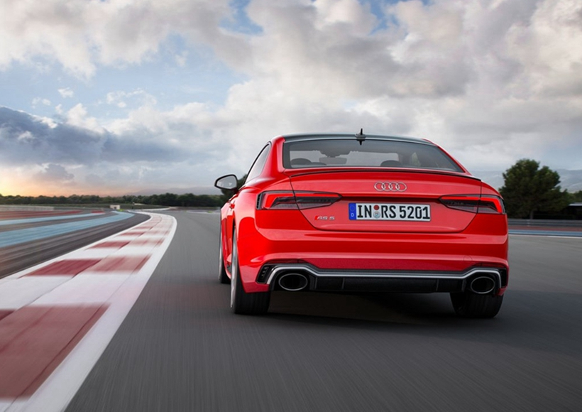 外观已经做得很到位了,但性能到底怎么样?新款的奥迪RS5 Coupe 将会搭载全新研的 2.9 升V6 TFSI biturbo发动机,能够爆发出450匹动力输出,并能够同时提供600 Nm的扭矩,0-100加速成绩达到3.9秒。