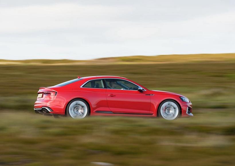 与现款对比,450匹的动力保持持平,扭矩却大幅度提升,从430NM直接增强到了600NM,同时排量也大幅降低,随之而来的好处是更低的排量税以及更好的燃油经济性。