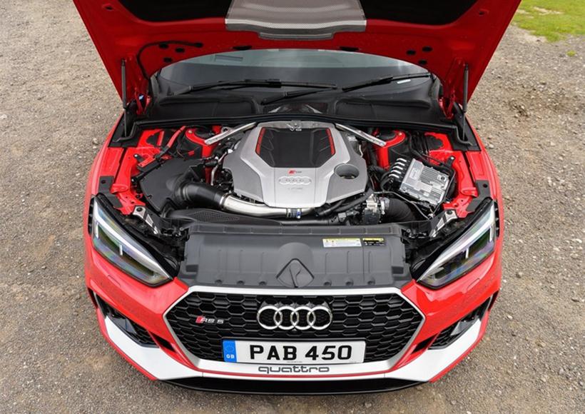 内饰方面提供的选装非常丰富,例如:RS运动座椅、Nappa皮革手工缝制平底方向盘、以及黑红配色设计选装包等。可选的MMI导航加上MMI touch包括硬件模块Audi connect,它通过LTE使驾驶者方便快捷的连接到互联网。