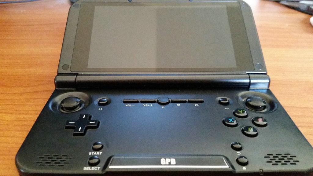 如同英伟达的游戏盒子一样,GPD XD也是基于安卓系统而开发的掌上游戏机。翻盖的折叠型构造,为用户提供便携尺寸,虽然不能和其他游戏产品媲美,但是这款掌上游戏机可以支持各类任天堂游戏运行。