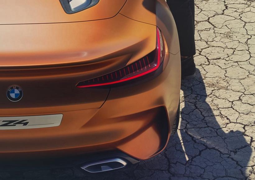至于Concept Z4的座舱更是相当特殊,驾驶座区域包括座椅、门板、方向盘、仪表盘乃至于中控台、排档杆座,全部采纳玄色为基调;而乘客座则是相当勇敢地采纳棕色皮革包覆的仪表台、中央扶手以及门板,发明出个性迥异的分区座舱概念。