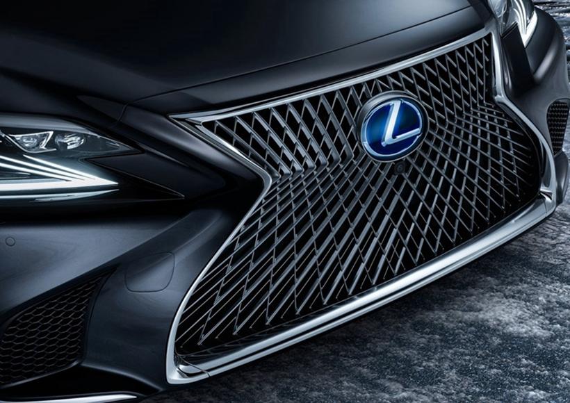 动力方面包含一台3.5L自然吸气V6发动机、一台电动机及容量为1.1kWh的电池组,综合最大功率或为354马力。LS 500h百公里加速只需5.4秒,纯电动模式下最高速度也比之前得到了提升,达到了140公里/小时。