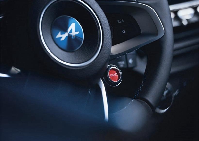 该车采用了目前少见的配以圆形LED大灯组,车身上喷涂了经典的蓝色车漆,不仅融合了怀旧元素,同时又极具科技感。车身尺寸方面,它的长/宽/高分别为4330/1961/1230mm。值得一提的是,Alpine A110-50大量运用碳纤维材质,整备质量仅为880公斤。