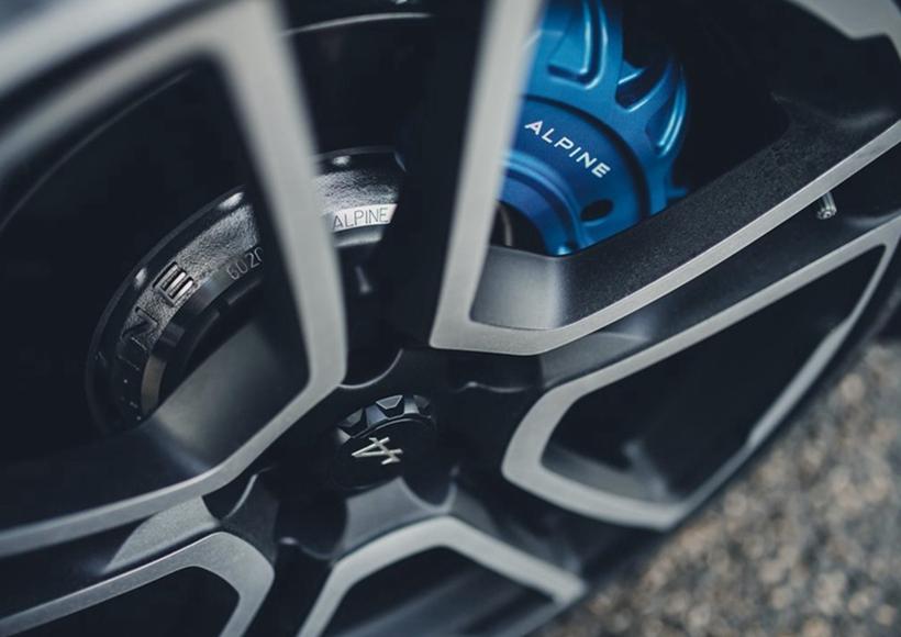 发动机采用的是雷诺代号为V4Y的3.5L V6发动机,在转速达到7200rpm的时候可以输出400马力动力,峰值扭矩为422N·m/6200rpm,并采用后轮驱动。