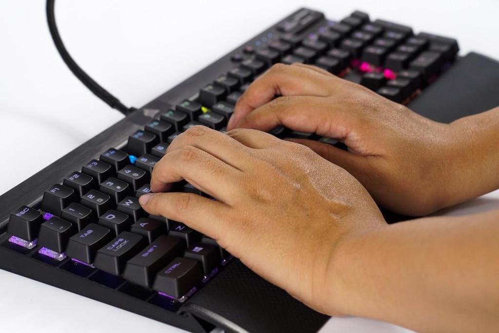 NO.4美商海盗船K70 LUX RGB键盘 美商海盗船K70 LUX RGB键盘采用的是航空级阳极化拉丝铝框设计,手感顺滑,而且不会留下任何指纹的痕迹。键盘底部配的手托可以缓解长时间打字和玩游戏带来的疲劳。此键盘支持全键无冲突技术,特别适合广大的游戏爱好者。 参考价格:1099元