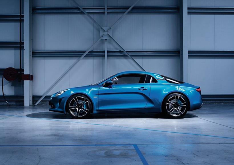 此前,Alpine曾亮相了一款Vision概念车,而此次即将发布的全新量产版跑车——A110在整体外观造型上与概念车保持了高度一致,也证明了Alpine品牌将正式回归。
