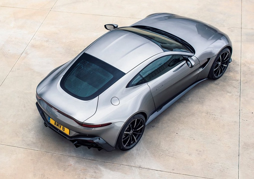 空气性能是Aston Martin Vantage Tungsten Silver的核心设计理念,由此可以产生量产汽车中十分罕见的水平下压力。4.0L双涡轮增压V8发动机的配置也毫不逊色。