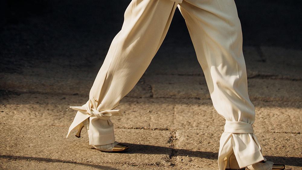 您正穿着新款的脚踝系带长裤吗?