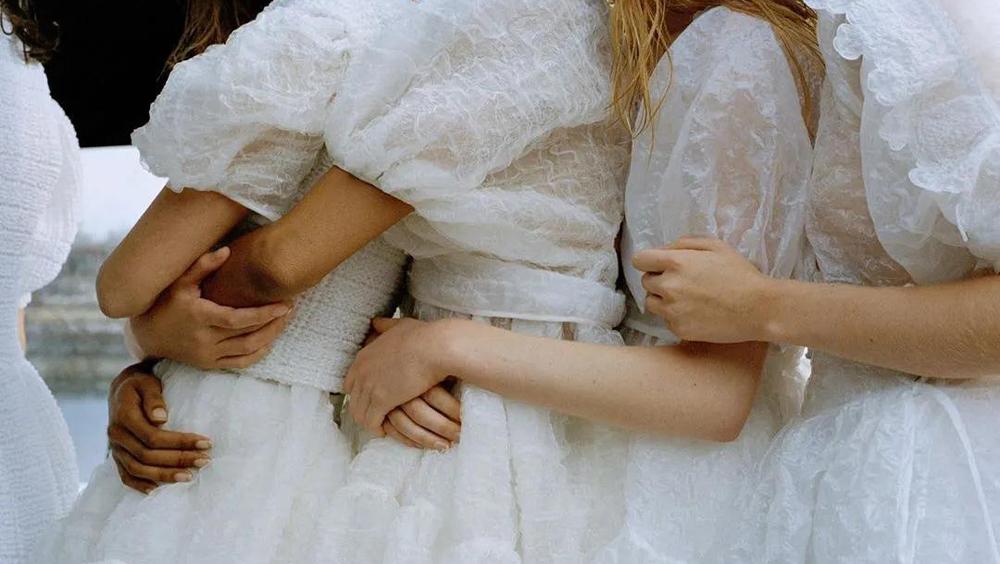 夏天最美最清凉的裙子,就选这3种颜色