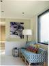 一处休闲区摆放着来自St-Paul Home的Mathilde沙发,沙发的外包面料由Robert Allen为Ikat Fret设计,靠垫由Atelier Zuerich制作,颇带民族风的小茶几是摩洛哥的产品,Trípode G5落地灯来自Santa & Cole。