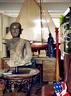 传统的、现代的,甚至叶裕清一度沉迷的上海前法租界老建筑风格,都打成一片,融汇其间。客厅一角,桌上的帆船模型购自伦敦之旅,其全身铜像购自日本;茶几上的铜佛购自泰国当地,是佛祖的两位弟子之一。