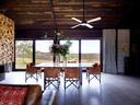 餐桌来自墨尔本Sacha Design。