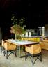 六把餐椅是主人在斯里兰卡旅行时淘到的古董,曾经属于某大建筑师的办公室。旧旧的皮革质感,与屋子里的木头元素简直是绝配。厨房用具、工作台和坐凳都是Jerry Wolveridge设计并定制的。