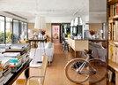 开放式的公共空间,有厨房、用餐区,书房和客厅,一眼能看清整个家的结构。设计师在空间上拉出一个中轴线贯穿,其木地板的纹路作为家具摆放的对照线,帮助这个原无直角的空间,更简洁舒适。