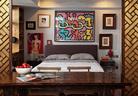 移开屏风,便是卧室空间,原来狭窄局促的卧室如今豁然开朗,颜色亮丽的Keith Haring绘画和蜷川实花的摄影作品更让这里气氛活泼,一对大理石床头桌也是主人Del Vecchio的设计。