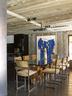 餐厅中Paul Evans的餐桌搭配了Willy Rizzo的餐椅,墙上画作来自José Pedro Croft。