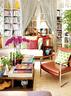 """""""英国太有生活感了,我在伦敦感受到那种真正有底气有内涵的温暖,它让我真的想去生活。""""从另一个角度看客厅,茶几、沙发和书架上都充满各种可爱的小细节。"""