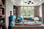 以中性色打底,几件出挑的蓝色家饰与窗外的满眼绿色格外呼应。小厅,顶灯来自Serge Mouille,1950年出品。金属壁炉由Serge Castella 设计,Atelier Kern 完成。壁炉上方是 Olivia Steele的设计作品。地毯为TheRug Company 品牌,购自BsB。木质书柜由Serge Castella设计。沙发出自India Mahdavi之手。沙发旁摆放着现代Murano蓝色艺术灯。
