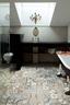 水泥混凝土元素被大量应用到每个房间,浴室也不例外,复杂的地面瓷砖与简洁的地上装饰形成对比。