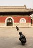 酒店的前院中,两排由雕塑家王书刚创作的和尚造型雕塑迎接着宾客,主建筑完全保留了传统庙宇的外形。